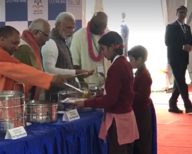 PM-Narendra-Modi-Serve-Food-Aajira-Odisha